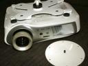 Úchyt ve tvaru X (čtyři ramena) pro uchycení filmových a větších projektorů + stropní úchyt Ø18cm. Ukázka chycení projektoru EPSON.